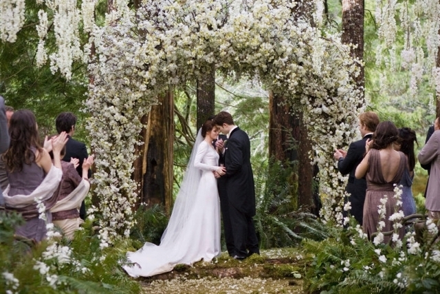 Twilight-Breaking-Dawn-Wedding-Dress-Kristen-Stewart-e1421180970634